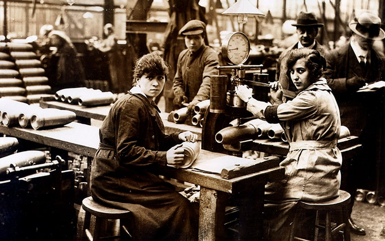 Women making munitions shells in 1918